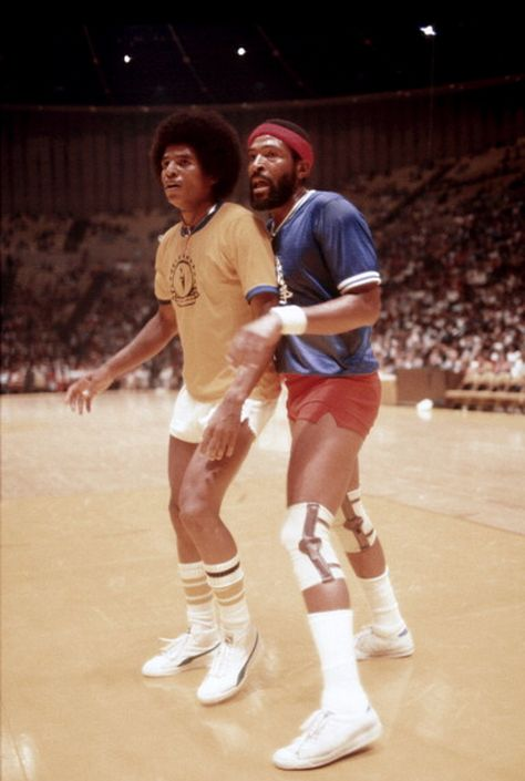 Soul singer Marvin Gaye and jackie Jackson of The Jackson 5 play in a celebrity basketball game at The Forum for The Soulville Foundation in August, 1977 in Inglewood, California. Get premium, high resolution news photos at Getty Images Jackie Jackson, Michael Jackson, Jackson Family, Jackson 5, Marvin Gaye, Paris Jackson, Billboard Music Awards, Jermaine Jackson, Black Celebrities
