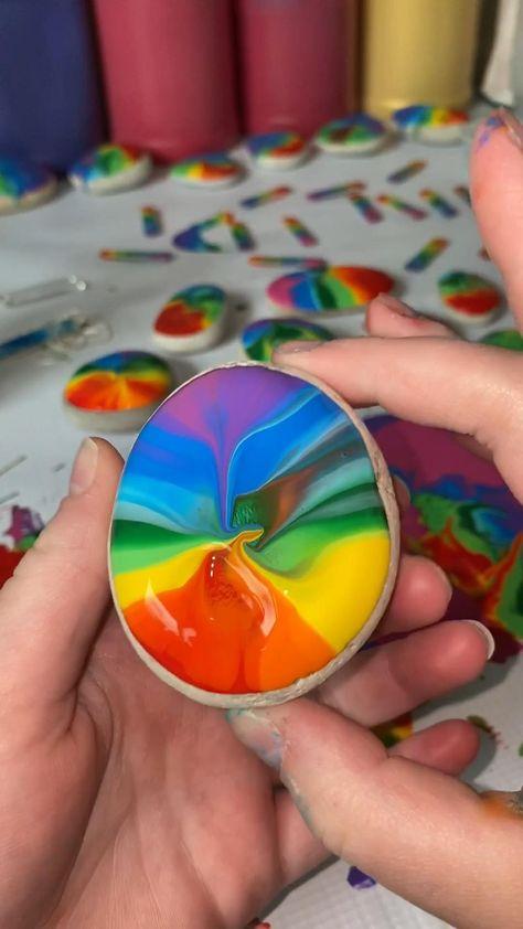 Rock Painting Patterns, Rock Painting Ideas Easy, Rock Painting Designs, Pebble Painting, Pebble Art, Stone Painting, Rainbow Rocks, Rainbow Art, Painted Rocks Craft