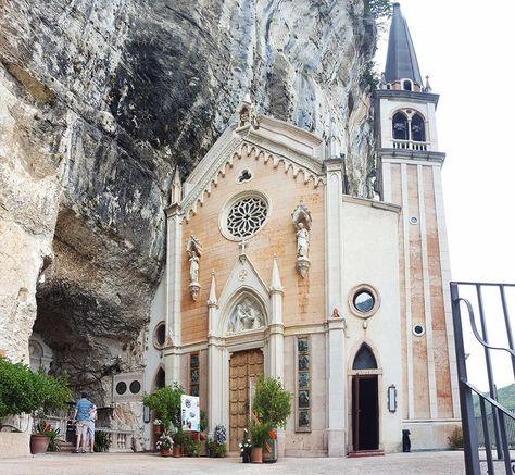 In der Nähe des Gardasee befinden sich die faszinierend schöne Wallfahrtskirche Madonna della Corona.. Komm mit auf den Pilgerweg!