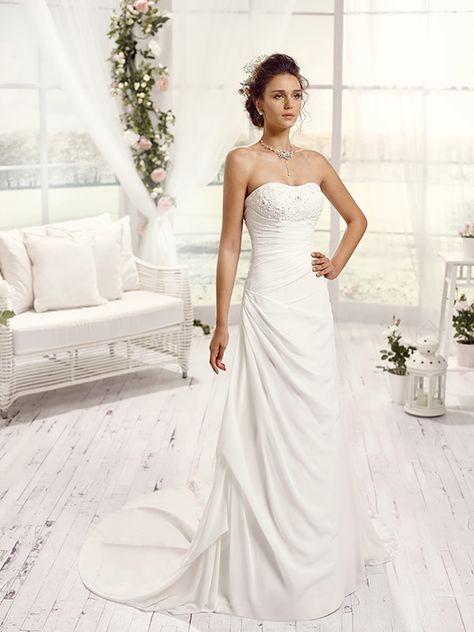 Robes de mariée Mlle Tamora Robe de mariée en mousseline, silhouette trapèze. Bustier perlé et plissé asymétrique. Dos fantaisie avec laçage satin.