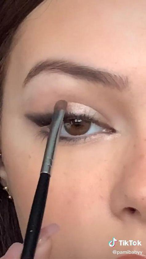 Makeup Tutorial Eyeliner, Makeup Looks Tutorial, No Eyeliner Makeup, Eye Tutorial, Winged Eyeliner, Makeup Tutorial Blue Eyes, Natural Eyeliner Tutorial, How To Put Eyeliner, Brown Smokey Eye Makeup Tutorial