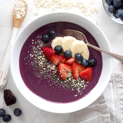 Oatmeal Berry Smoothie Bowl is so healthy, filled with fiber and nutritents.