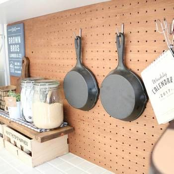 賃貸でも大丈夫だよ 有孔ボード フックで見せるアイデア収納 有孔ボード 素敵 な キッチン 食器棚 リメイク