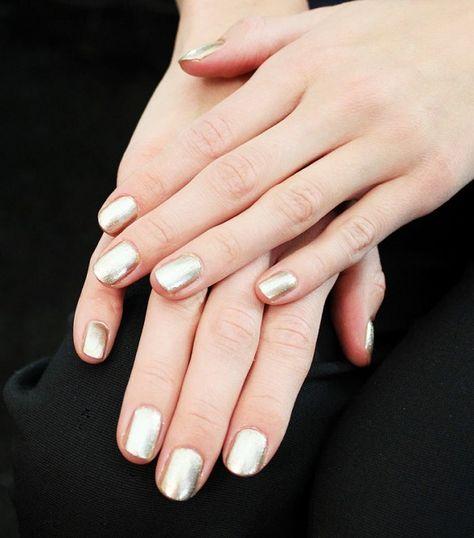 Neutral metallic nails at Naeem Khan F/W 15 via @byrdiebeauty