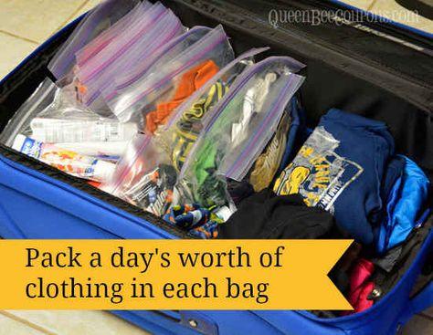 Hilf Deinem Kind, seinen Koffer zu organisieren, indem Du Kleidung nach Tagen verpackst.