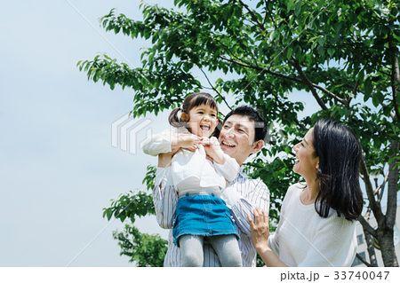 家族 公園にお出かけの写真素材 No 33740047 写真素材 イラスト販売