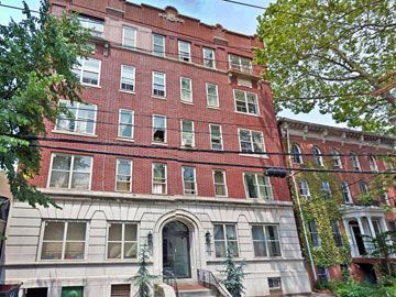 As Far Into New England As New Haven You Can Find A Bona Fide Nyc Style Prewar Apartment Building With American Bond And Fire New Haven Apartment Building Elm