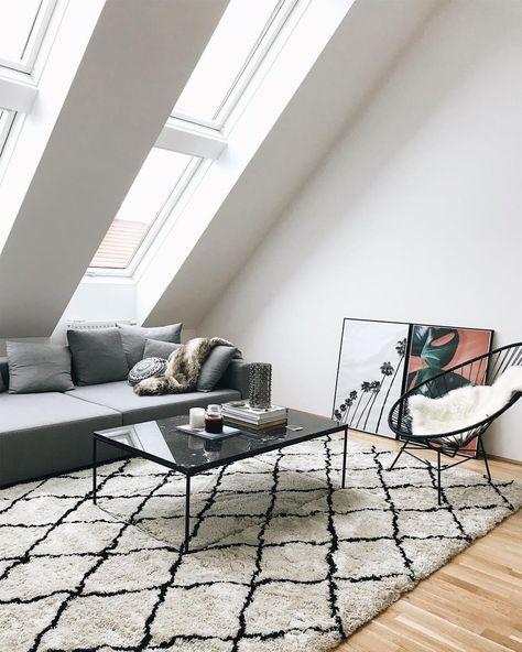 ein grosser beni ourain teppich ein stylischer lounge sessel eine moderne gallery wall und der marmor couchtisch gleam dieses wohnzimmer ist trend pur