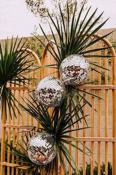 Rock and Roll Meets Psychedelic Groovy Wedding Inspiration Gritty masculine grrom mixes with vibrant glam bride. Boho Wedding, Wedding Blog, Dream Wedding, Wedding Day, Retro Wedding Flowers, Wedding Styles, Rock And Roll, Decoration Disco, Disco Party Decorations