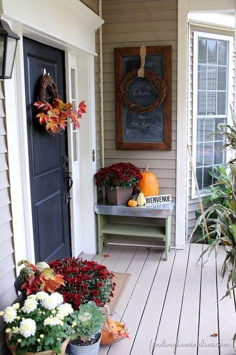 あくびをする秋の正午の風を感じ、燃えさかる赤い葉がゆっくりと燃えるのを見るための100の居心地の良い&素朴な秋フロントポーチの装飾のアイデア