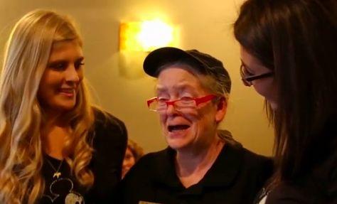 If you can dream it, you can do it.       If you can dream it, you can do it.  Eine rührende Geschichte: Die Studentinnen Taylor Zisholtz und Lucy Smith-Williams, die auf die Elon Universität in North Carolina gehen, haben dort einen Stamm Coffeeshop auf dem Campus. Die liebenswerte Kellnerin Kathryn Thompson ist der Grund, w
