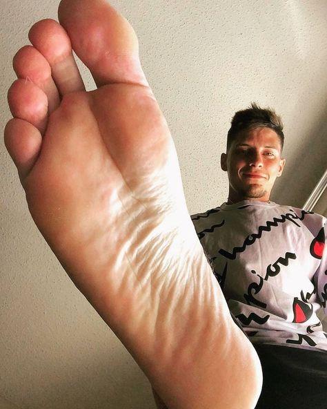 Adoración de pies grandes y dedos largos