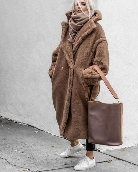 Winter Street Style Outfits To Keep You Warm Teddy bear coat Street Style Outfits, Looks Street Style, Mode Outfits, Fashion Outfits, Warm Outfits, Fashion Clothes, Trend Fashion, Look Fashion, Autumn Fashion