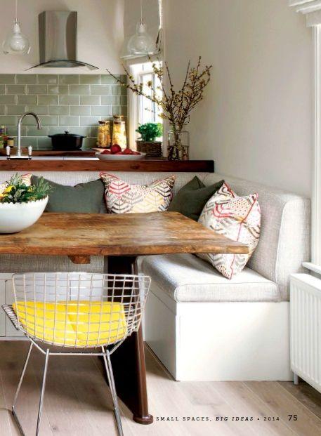 Integrado: jantar com banco no lugar de cadeiras para otimizar a mureta existente entre a sala e cozinha. Solução que permite implantar mais bancadas na cozinha, aumentar o número de lugares ao redor da mesa e reduzir a área para a sala de jantar.