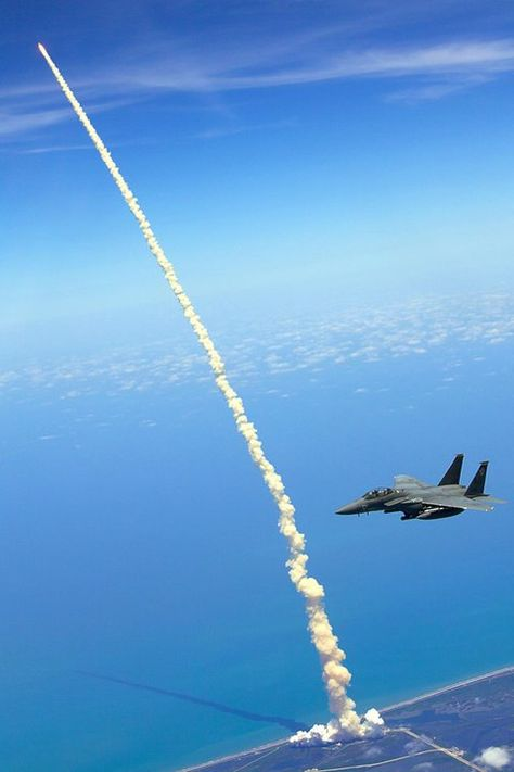 Space Shuttle Shuttle Launch Mais - This is Atlantis, launching for the last time from Cape Canaveral, as two Strike Eagles watch from the distance. One of the most beautiful photos I've seen of a space shuttle launch. [Discover via Ruthless via Jalopnik] Space Shuttle, Space Telescope, Fighter Aircraft, Fighter Jets, Atlantis, Image Avion, Photo Avion, Cool Pictures, Cool Photos