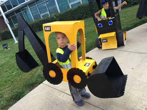Midwestern Mama: DIY Tractor Halloween Costume If your child loves tractors or construction vehicles, you HAVE to check out this DIY tractor costume! It's make from cardboard boxes and spray paint…and a little glue too! Little Boy Halloween Costumes, Halloween Mono, Halloween Bebes, Kids Costumes Boys, Toddler Costumes, Disney Halloween, Cute Halloween, Halloween 2020, Dinosaur Halloween Costume
