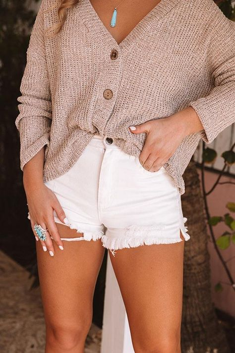 The Whitney High Waist Distressed Shorts, Trendy Summer Outfits, Cute Casual Outfits, Girly Outfits, White Short Outfits, Outfits With White Shorts, Cute Beach Outfits, Colored Shorts Outfits, Cute Clothes For Teens, Casual Summer Fashion