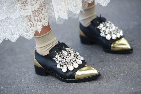 Stringate nere a punta  le scarpe di tendenza per la primavera 2016 ... 3b2a016dd46
