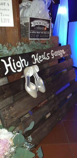 Palette High Heels Garage Grau Gestrichen Palette High Heels Garage Hochzeit In Oldenburg Oldenburg Hochzeit Dekoration Hochzeit Hochzeitsdeko