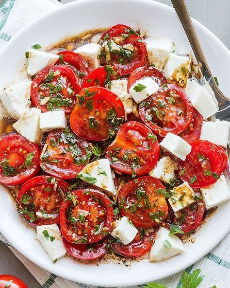 Perfect Marinated Tomatoes with Mozzarella Marinated Tomatoes – Full of summer flavors these healthy tomatoes are soaked up with olive oil, balsamic vinegar and fresh herbs. A perfect hors d'oeuvre that everyone will love!Ingredients list f… Side Dishes For Bbq, Side Dish Recipes, Sides For Bbq, Party Side Dishes, Christmas Salad Recipes, Christmas Potluck, Christmas Side Dishes, Marinated Tomatoes, Tomato Salad Recipes