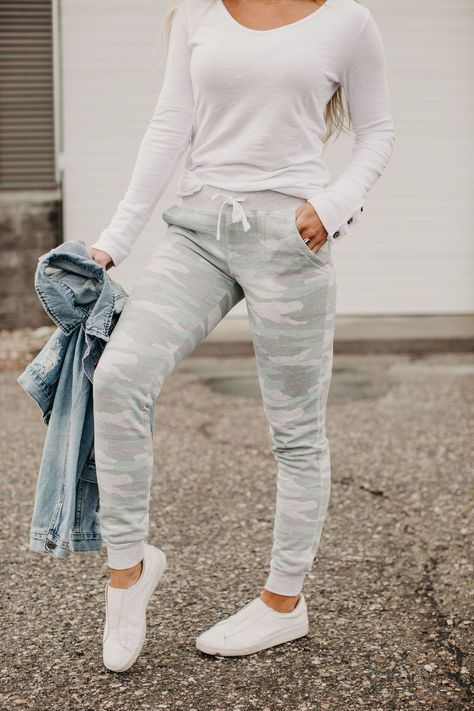 Cute in Camo Comfs – Mindy Mae's Market Cute Flannel Outfits, Cute Sweatpants Outfit, Jogger Pants Outfit, Cute Lazy Outfits, Legging Outfits, Outfits For Teens, Camo Joggers, Outfits With Gray Pants, School Outfits