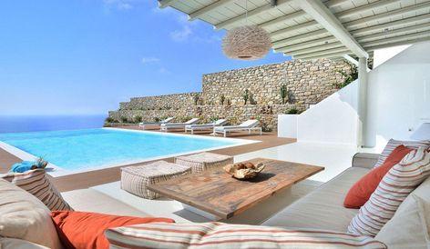 Terrasse contemporaine de style Mykonos et arrière-cour avec ...