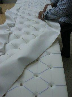 confeccin de nuestros cabeceros de cama desde el diseo de la estructura inicial en madera la realizacin manual del capitone y los remates finales