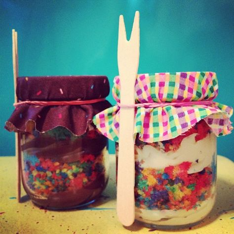 bolo no pote de arco-íris <3 da The Cake is on the Table  rainbow cake in the jar