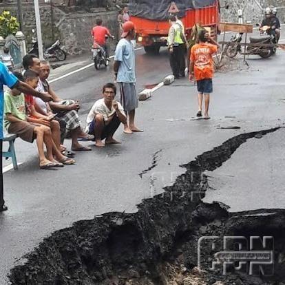 Jalan Gubeng Ambles Polisi Alihkan Arus Lalu Lintas Jalan Dan