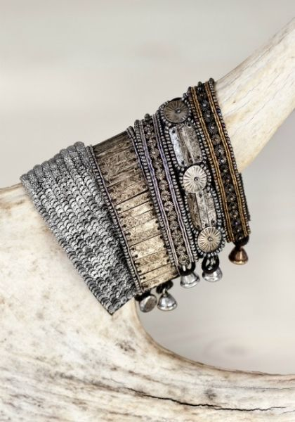 Pretty bracelets. They look like a modern interpretation of old silver Indian bracelets. I don't know if that was the intent, but they look like that to me. http://bijouxcreateurenligne.fr/product-category/bracelet-fantaisie/