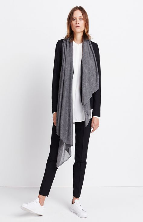 Damen Outfit Modern Business Look von someday Fashion: weisse Bluse, schwarzer Blazer, schwarze Stoffhose, graues Tuch