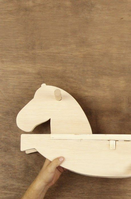 Deine Kinder sollen richtige Cowboys werden? So geht's! Dieses Holzpferd kannst du ganz einfach selber bauen und es wird deinen Kindern viel Spaß bringen.