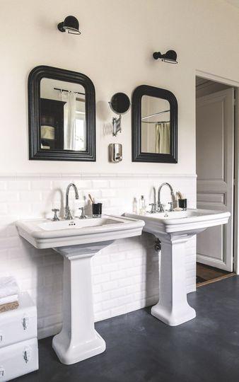 Une salle de bain noire et blanche mélangeant les styles Toilet