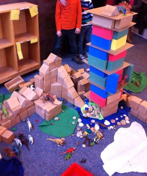 Zo kun je de bouwhoek uitdagender maken! Schelpen, lapjes vilt, stenen, dennenappels en dieren.