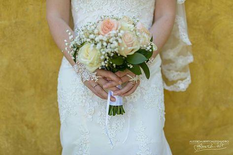 Bouquet Sposa Segno Zodiacale.Bouquet Con Rose Bianche E Color Pesca Con Gypsophila Fioreria