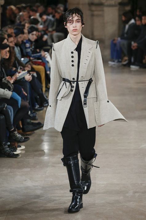 Ann Demeulemeester unveiled its Fall/Winter 2018 collection during Paris Fashion Week.