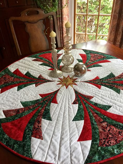 Christmas Sewing Projects, Christmas Crafts, Christmas Decorations, Quilted Christmas Gifts, Christmas Quilting, Christmas Fabric, Quilted Table Runners Christmas, Christmas Runner, Colchas Quilting