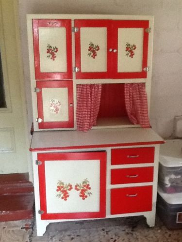1940s. Hoosier Style Kitchen Cabinet With Enamel Work Surface And Flour Bin/sifter
