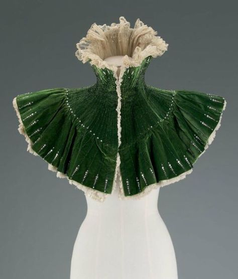 "Costume inspiration: Evening mantle from Le Bon Marché department store, 1900 France. Emerald green evening mantle with black jet beading and diamante trim, cream chiffon and lace lining. Labeled: ""Au Bon Marché, Maison A. 1900s Fashion, Edwardian Fashion, Vintage Fashion, Historical Costume, Historical Clothing, Robes Vintage, Vintage Outfits, Capes, Style Édouardien"