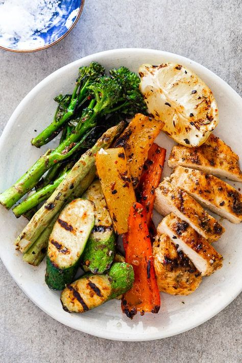 Easy grilled chicken breasts and vegetables are the perfect healthy dinner recipe ready in 30 minutes. #healthydinner #easydinnerrecipe