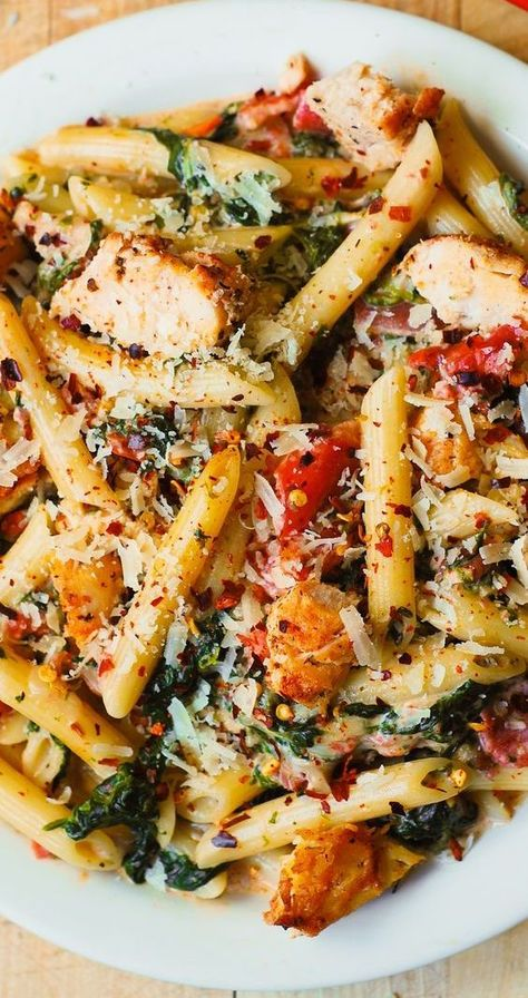 Creamy Chicken Pasta with, Spinach, and Tomatoes in Garlic Cream Sauce #chickenpasta #chickenbaconpasta #easyrecipe #easymeals #comfortfood #easypasta #penne #tomatoes #spinach