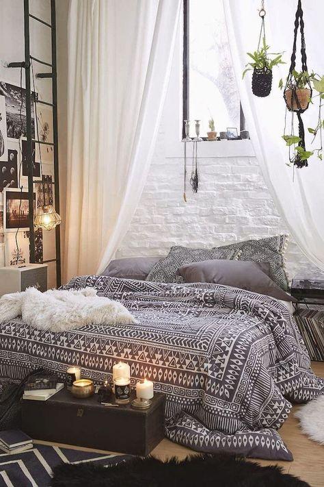 Schlafzimmer Ideen Wandgestaltung Wie Eine Steinwand In Weiß, Orientalische  Gemütliche Ecke, Makramee Blumenampel