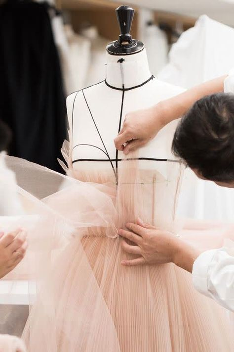 Natalie Portman's ballet-inspired Dior Couture gown took 250 hours to make