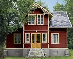 rött hus gul dörr