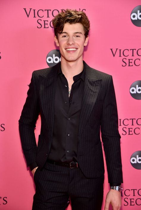 A Victoria's Secret Angel Just Tried To Kiss Shawn Mendes on the Runway