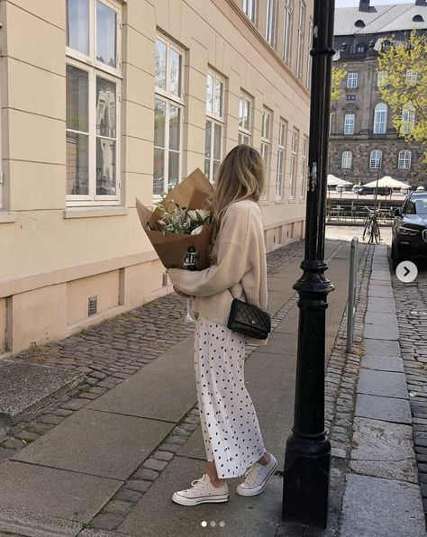 How to dress like a French girl #parisian #French #style #inspiration #tips #effortless #neutrals Look Fashion, Girl Fashion, Autumn Fashion, Fashion Outfits, Fashion Tips, French Fashion Street Style, French Fashion Bloggers, Casual Summer Fashion, Fashion Blogger Style