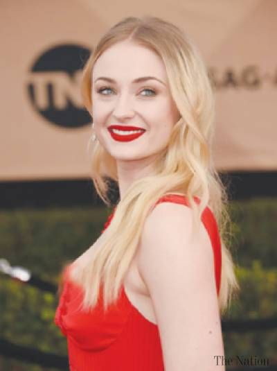 Sophie Turner And Her Blonde Hair A Beautiful Example Of Root Melt Or Root Smudge And Why It Bumps Blonds A Beauty Maisie Williams Sophie Turner Sophie Turner