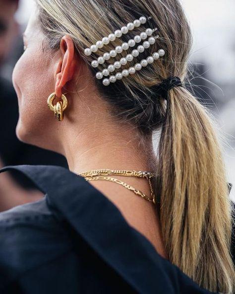 Hair clips: a nova maneira fashionista de usar grampos de cabelo How to wear fashion hair clips: The hair clips back as a trend for hair accessories.