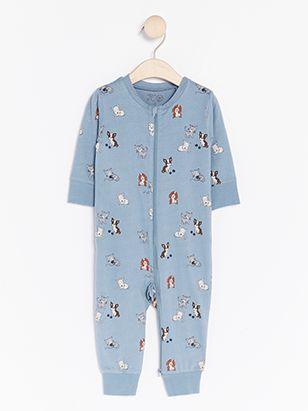 Ett gulligt mönster med hundar och katter dekorerar denna blåa pyjamas 43a197b7fd882