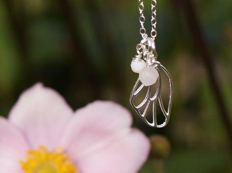 Kette mit Schmetterlingsflügel Anhänger komplett aus Silber und einem Rosenquarz und einem rosa Opal. Mehr romantischen Schmuck gibt es bei Zimelien